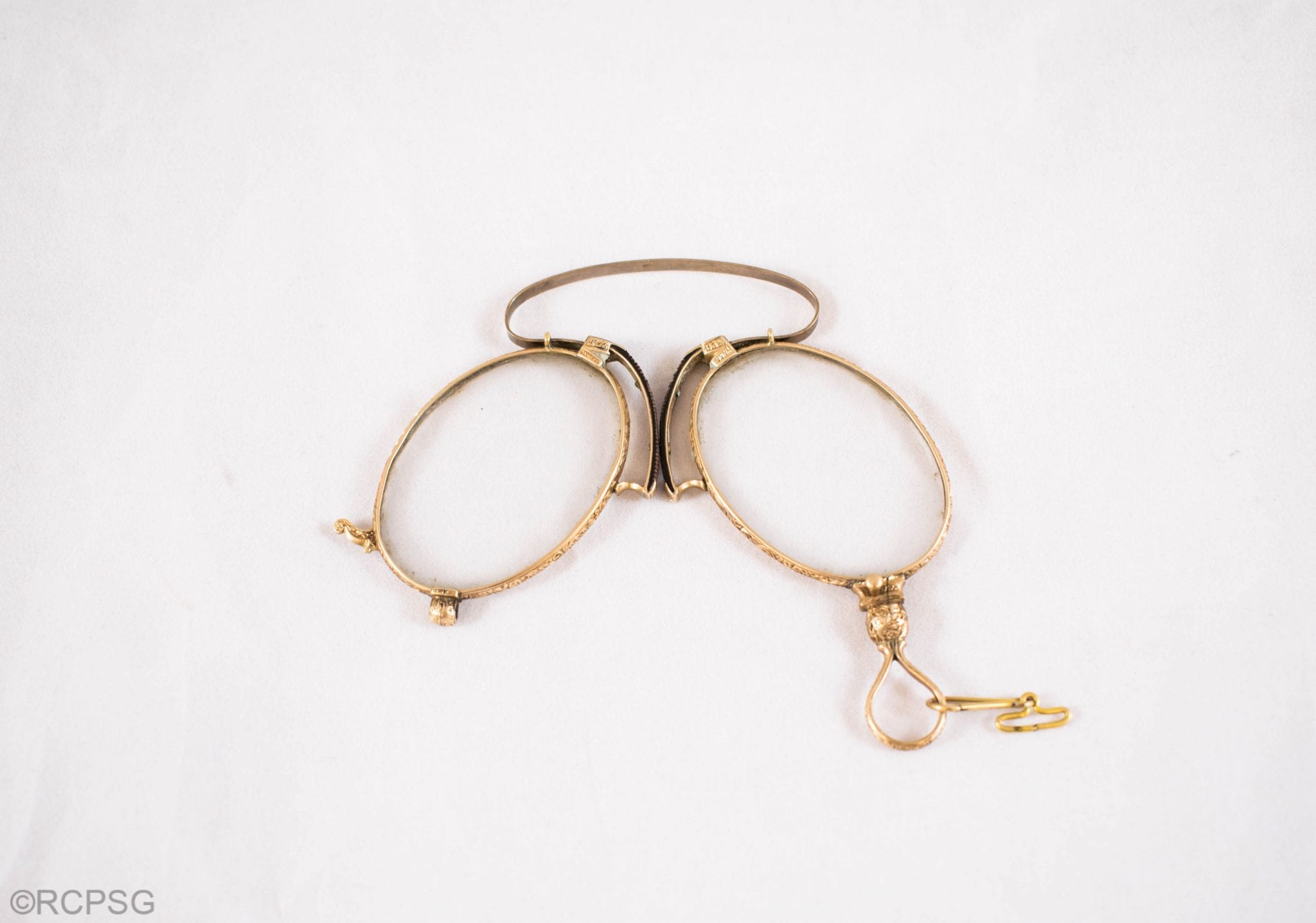 Folding pince-nez style spectacles